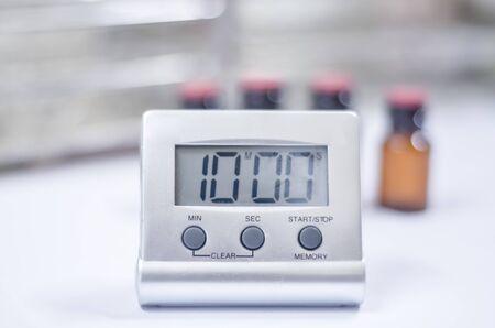 Gros plan sur une horloge blanche en laboratoire. Banque d'images