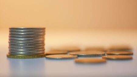 Gruppo di monete su sfondo sfocato nel concetto di risparmio di denaro.