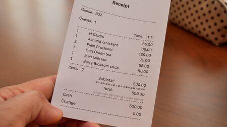Rechnungsprüfung Konzeptkaffee im Café. Standard-Bild