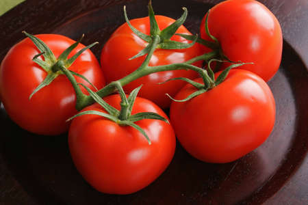 thinness: Tomatos in bunch posed on kitchen table