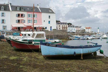 Bateau de p�cheur au port ˆ marŽe basse ; Vessel fishing; Boat of fisherman to the port with low tide Banque d'images