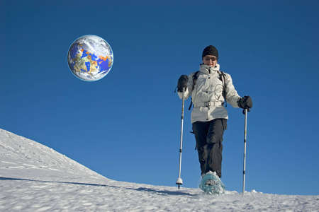 going in: Mujer va a la nieve con raquetas de nieve  Foto de archivo