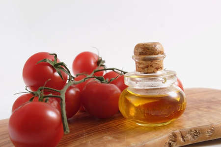 Oil olive and tomatos in bunch Banque d'images