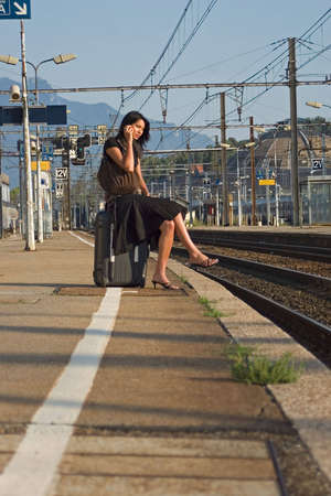 Woman leaving travels from there with her phone Banque d'images