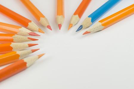 cedro: Colección de lápices de colores en forma de medio círculo como imagen de fondo