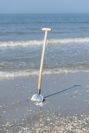 Shovel in the sand from the North Sea Beach Stockfoto