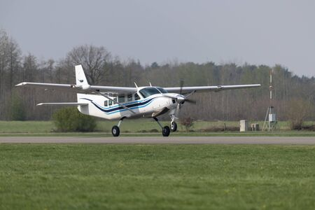 Single-engined propeller business plane during take off at a small airport Banco de Imagens