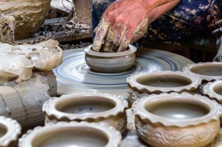 olla barro: Potter hace en la olla de barro rueda de la cer�mica