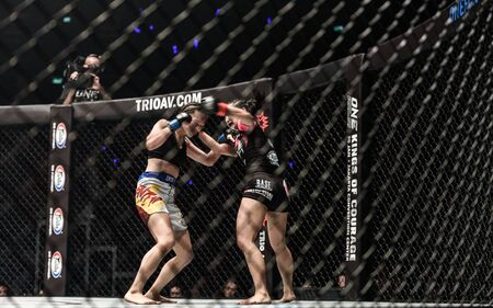"""BANGKOK - December 09 : Rika """"Tiny Doll"""" Ishige of Thailand and Rome """"The Rebel"""" Trinidad of Philippines in One Championship """"Warrior of The World"""" on December 09, 2017 at Impact Arena, Muang Thong Thani, Bangkok, Thailand Publikacyjne"""