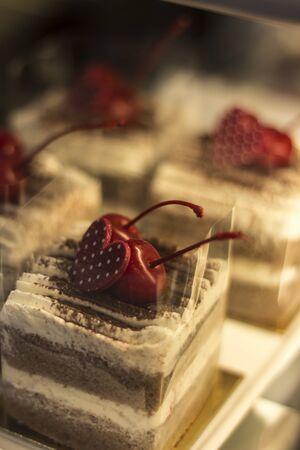 Torta tradicional con crema batida y cereza