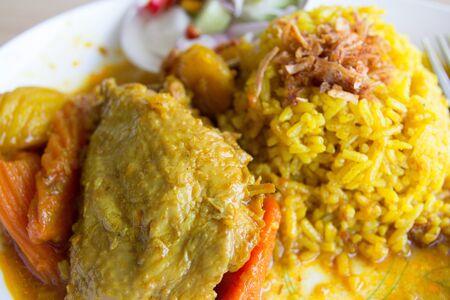 chicken curry: Curry-Huhn mit gelbem Reis