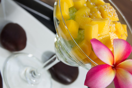 Glutinous rice with mangoes