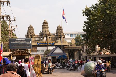 POIPET, CAMBOYA 06 de febrero 2015: Cruce de fronteras entre Tailandia y Camboya en la ciudad de Poipet.