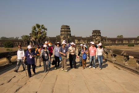 SIAM REAP, CAMBOYA - febrero 7,2015 -El principal templo de Angkor Wat, visto desde la calzada en el enfoque occidental, atrae a miles de visitantes de todo el mundo.