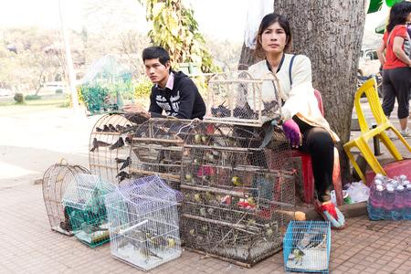 Siem Reap, Camboya - febrero 8,2015: aves venta Mercante en la jaula