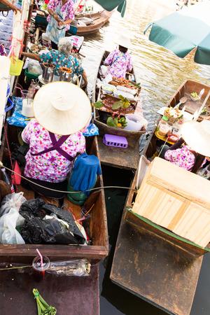 Bangkok, Tailandia - febrero 2,2015: Flotante festival de mercado a lo largo del canal, El evento tiene como objetivo recuperar la cultura del canal tailand�s hist�rico y alimentos tradicionales de Tailandia en febrero 2,2015 en Bangkok, Tailandia. Editorial