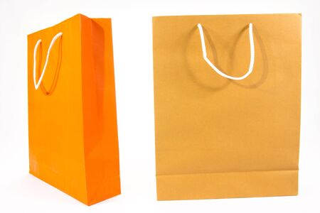 Bolsas de papel de compras aisladas sobre fondo blanco