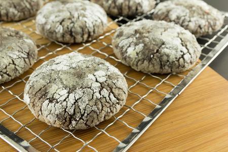 Cierre de filas de galletas de chocolate con az�car en polvo