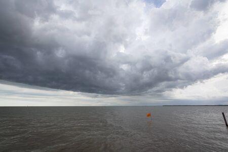 nubes oscuras en el cielo sobre el mar Foto de archivo
