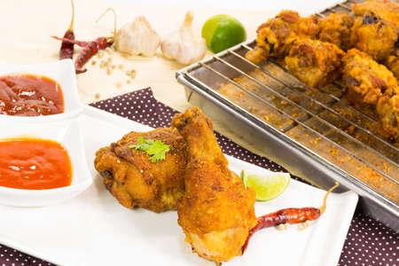 pollo crujiente frito en el plato y la bandeja
