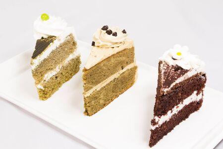 porcion de torta: tres piezas de la rebanada de pastel en un plato Foto de archivo
