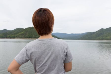 mujer turista en busca de destinstion.