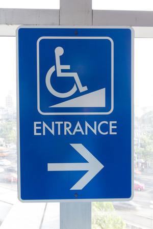 Eingangshinweis für behinderte Menschen an der Wand