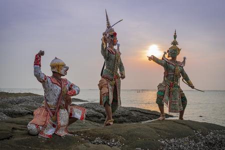 pantomima: Hanuman Tosakan y Praram es el arte de la danza tradicional drama de la máscara clásica tailandesa, esta actuación es Ramayana THAI KHON épica
