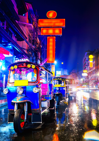 Tuk Tuk taxi in china town bangkok at the night Imagens - 92715534