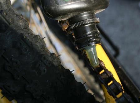 자전거에 녹슨 체인 기름칠 스톡 콘텐츠 - 4797504