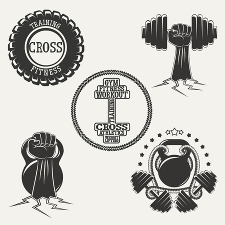 Vintage silhouet fitness ingesteld. Stel sport emblemen. Handen met halter en kettlebell, WIEL voor krachttraining.
