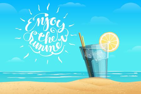 Koude limonade met ijsblokjes en een schijfje citroen op het glas op de blauwe zee achtergrond. Witte zomer letters Geniet van de zomer in de afbeelding.