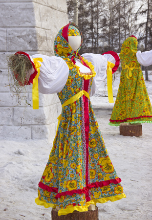 The Park of the Universiade 2019. Stuffed in traditional Russian clothes. Foto de archivo - 124584361