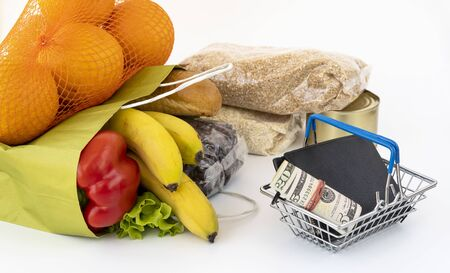 food delivery during the quarantine coronavirus Covid-19 period. products in a paper bag. payment for services in cash. self-isolation mode during a pandemic, stay at home. Stockfoto