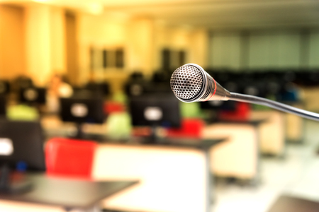 oratoria: Micrófono en la sala de ordenadores para el transmisor con el fondo desenfocado, foco selectivo en el micrófono