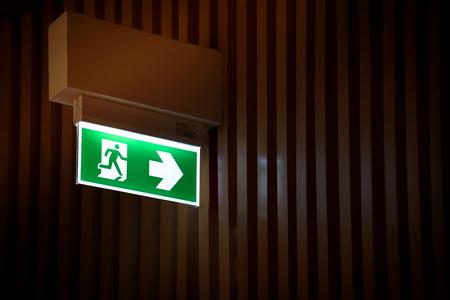 emergency exits: Salida de emergencia con señal de salida