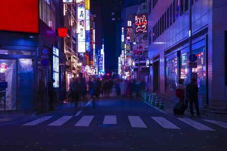 Una calle de neón de noche en el centro de Shinjuku, Tokio