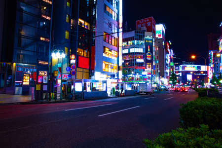 A night neon street in Shinjuku wide shot Banque d'images - 158498596
