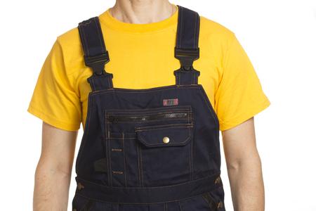 Arbeiter in einem gelben T-Shirt und Arbeitskleidung