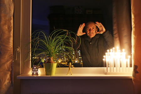 close-up - a man from the street looks into the apartment and congratulates residents on the holiday Banco de Imagens