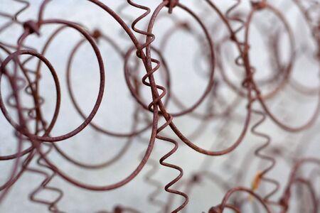ferreteria: Red de alambre aherrumbrada del viejo colch�n del resorte Foto de archivo