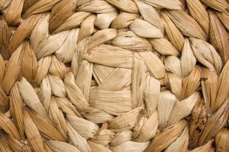 hojas secas: Fondo de una silla hecha de la cester�a de la rota. Cerrar-tiro del centro inferior. Hojas secas de la rota.