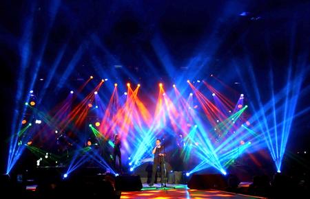 Emre Aydin Rock Concert Weitblick auf die Bühne Standard-Bild - 26096829