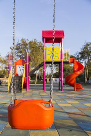 swing seat: Sedile Altalena su giochi per bambini senza figli Archivio Fotografico