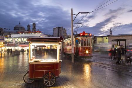 Pedler und historischen Straßenbahn am Taksim-Platz. Taksim-Tunel nostalgischen Straßenbahnen gibt zwei Straßenbahnlinien Erbe in der Stadt Istanbul, Türkei. Erbaut im Jahre 1915 Standard-Bild - 38615751