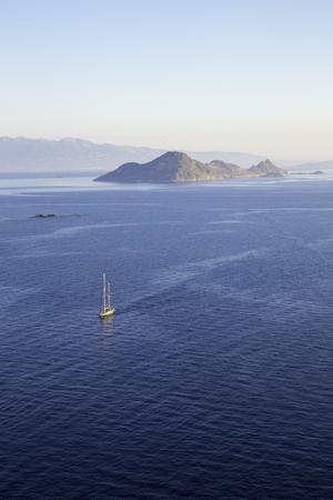 Luftbild von einem einsamen Segelboot Segeln durch das ruhige Ägäis Standard-Bild - 44302628