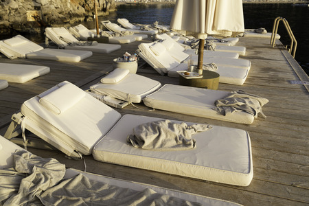 Dirty and used towels are on sunbeds near seaside Standard-Bild