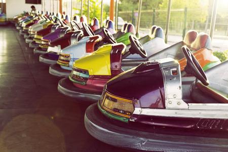 Lange Reihe von bunten Boxautos in einem Vergnügungspark geparkt Standard-Bild - 44705049