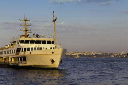 Passagierschiff geparkt auf Karakoy Pier goldene Stunde Mal bei Goldenen Horn in Istanbul Standard-Bild - 44992720