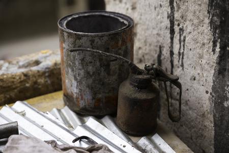 Old dirty fettig Öler und Farbkasten auf dem Tisch in einem Arbeitsbereich Standard-Bild - 46936953